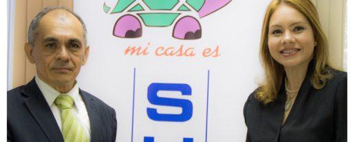 Sucasa hace entrega del Himno Nacional  al Consejo Nacional de Periodismo.